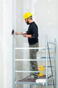 עובד בניין צובע